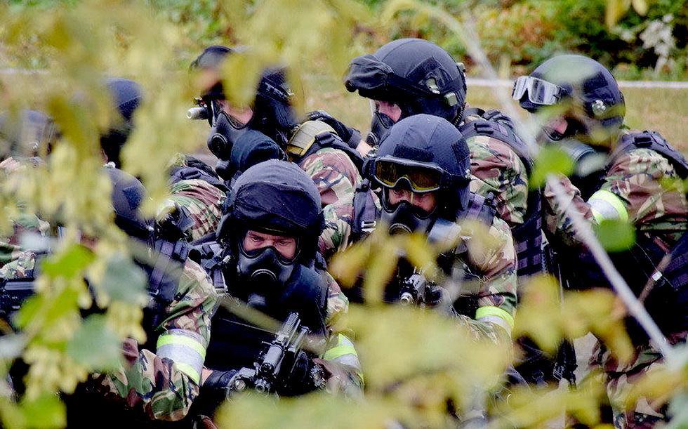 俄罗斯特战队员进行反恐演习 (10).jpg